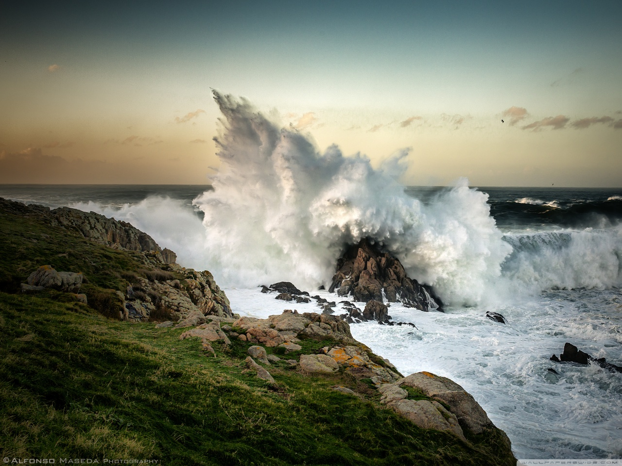 wave_crashing_on_rock-wallpaper-1280x960