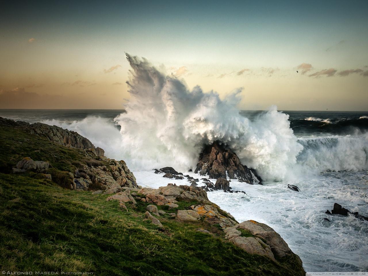 wave_crashing_on_rock-wallpaper-1280x960